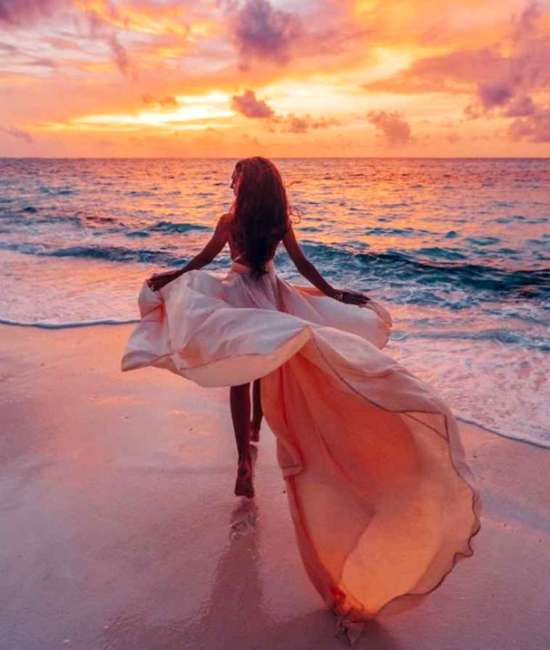 Картина по номерам 40x50 Прогулка на пляже в воздушном платье